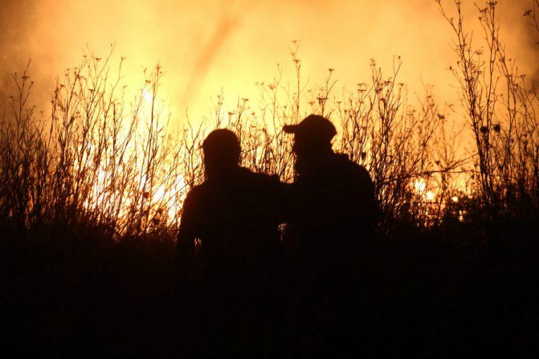 Μεγάλη αναζωπύρωση στο Νεοχώρι Αρκαδίας- Στα πρώτα σπίτια η φωτιά