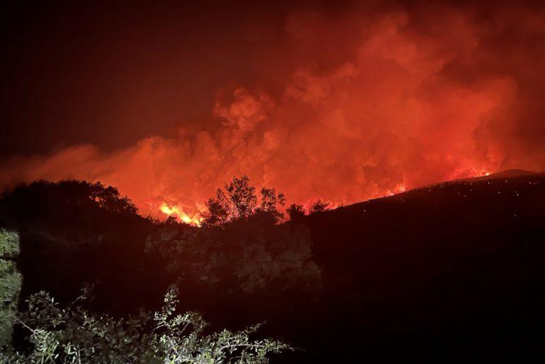 Νύχτα αγωνίας στα Βίλια – Μάχη με τις φλόγες για να κρατηθούν μακριά από τον οικισμό