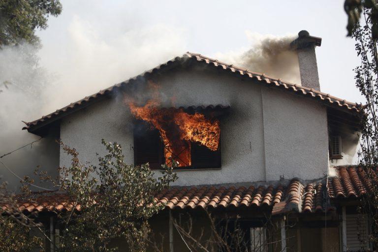 Πυρκαγιά στα Βίλια: Ζημιές σε σπίτια στον οικισμό του Προφήτη Ηλία