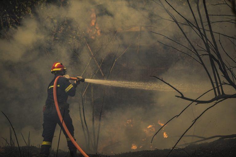 Mάχη με τις φλόγες: Σοβαρή αναζωπύρωση – Εντολή εκκένωσης για Βαρυμπόμπη, Θρακομακεδόνες, δίπλα στην Εθνική οι φλόγες