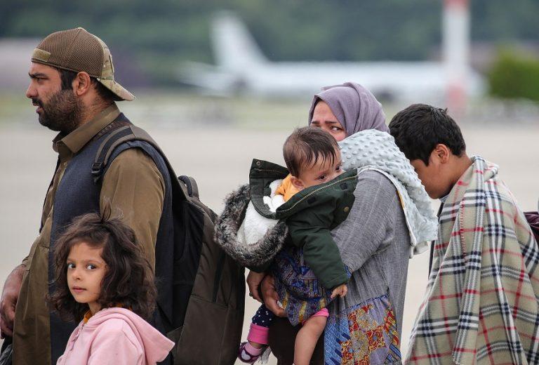 Η «έξοδος»: Απίστευτες εικόνες από καραβάνια προσφύγων που διασχίζουν έρημο στο Αφγανιστάν
