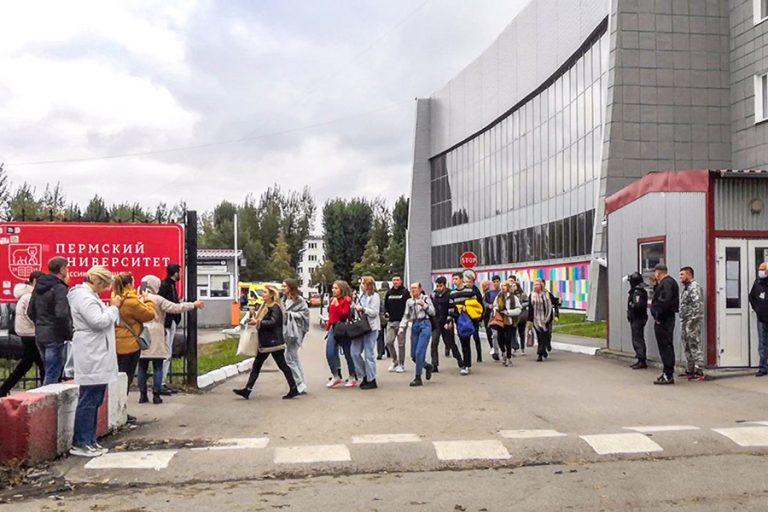 Ρωσία: 8 νεκροί από επίθεση ενόπλου σε πανεπιστήμιο – Πηδούσαν από τα παράθυρα για να σωθούν (Βίντεο)