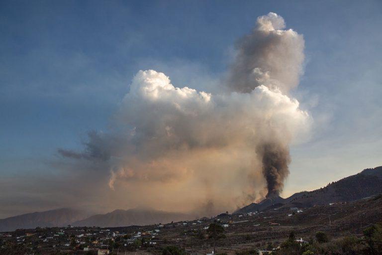 Ποτάμια λάβας ρέουν από το ηφαίστειο στην ισπανική νήσο Λα Πάλμα (Βίντεο)