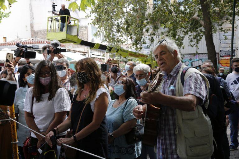 Πλήθος κόσμου έξω από τη Μητρόπολη για να αποχαιρετήσει τον Μίκη Θεοδωράκη