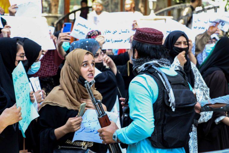 Παρά τη βίαιη καταστολή, ο κόσμος βγαίνει και πάλι στους δρόμους του Αφγανιστάν κατά των Ταλιμπάν
