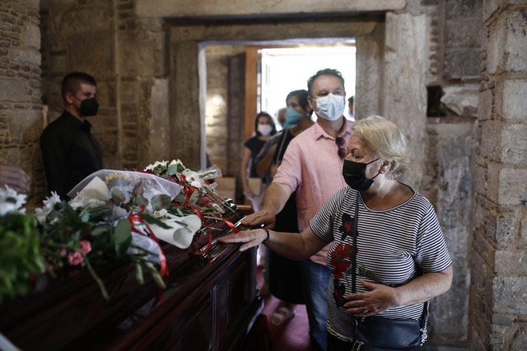 Πλήθος κόσμου με κόκκινα και λευκά λουλούδια για το τελευταίο αντίο στον Μίκη Θεοδωράκη στην Μητρόπολη Αθηνών
