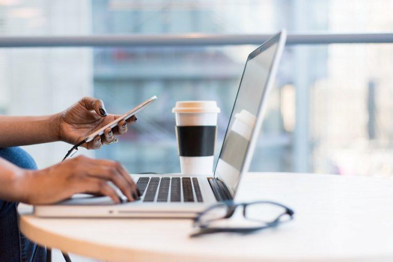 EY: Προβληματίζει τους καταναλωτές η αυξημένη χρήση του διαδικτύου στη ζωή τους