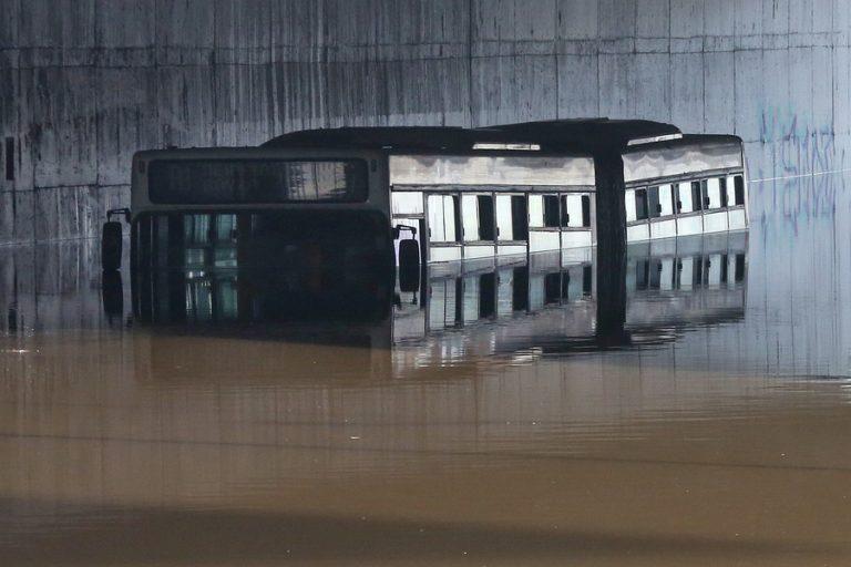 Εισαγγελική έρευνα για τις αιτίες που βυθίστηκε το λεωφορείο του ΟΣΥ